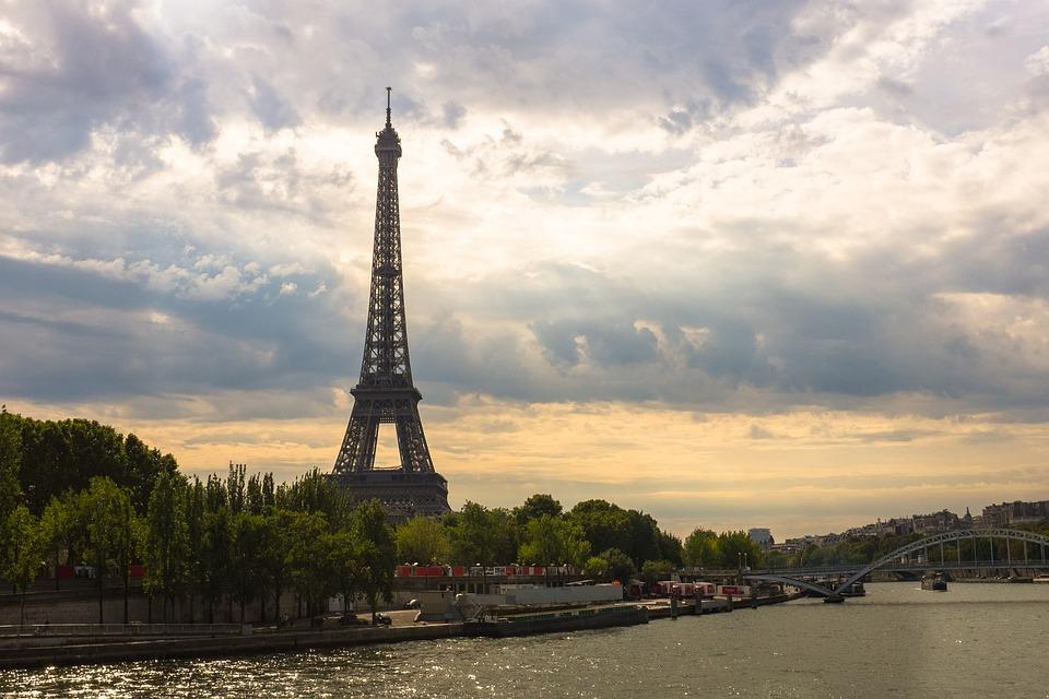 Parizs látnivalók - Eiffel torony Szajna
